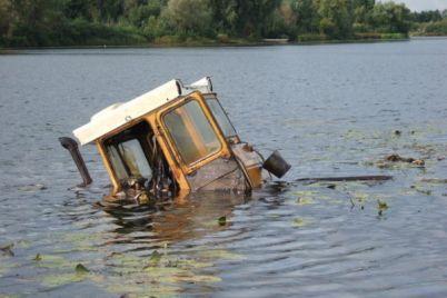 v-azovskom-more-zametili-plavayushhij-traktor-foto.jpg