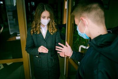 v-beloj-svadebnoj-maske-v-zaporozhskoj-oblasti-sostoyalos-karantinnoe-brakosochetanie-foto.png