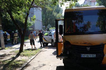 v-berdyanske-matiz-stolknulsya-s-marshrutkoj-legkovushka-perevernulas-i-vletela-v-livnevku-foto.jpg