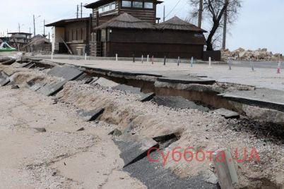 v-berdyanske-obvalilas-chast-avtostoyanki-u-morya-foto.jpg