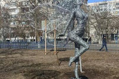 v-berdyanske-poyavilas-originalnaya-skulptura-fei.jpg
