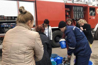 v-berdyanske-proizoshla-avariya-na-kollektore-vodu-podvozili-spasateli.jpg