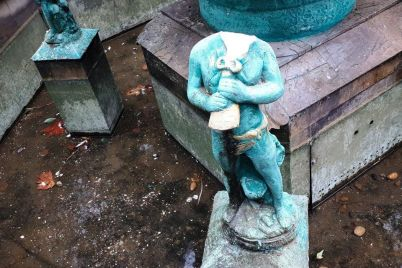 v-berdyanske-snova-razrushili-skulpturu-pisayushhego-malchika-v-fontane-fotofakt.jpg