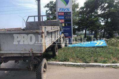 v-berdyanske-v-reklamnyj-shhit-zapravki-vrezalsya-traktor-fotofakt.jpg