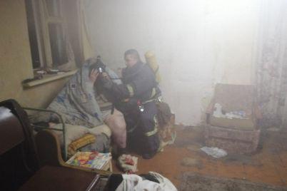 v-berdyanske-vo-vremya-pozhara-spasateli-okazali-pomoshh-zhenshhine-kotoraya-ne-hotela-pokidat-goryashhij-dom.jpg