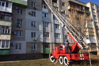 v-berdyanske-zagorelsya-balkon-v-kvartire-na-pyatom-etazhe-pushit-plamya-vyehalo-12-spasatelej.jpg