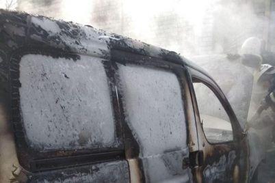 v-berdyanske-zagorelsya-furgon-pozhar-tushili-11-spasatelej.jpg