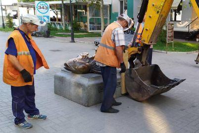 v-beryanske-zernovoz-podvinul-mestnuyu-dostoprimechatelnost-chtoby-proehat-po-trotuaru-video-foto.jpg