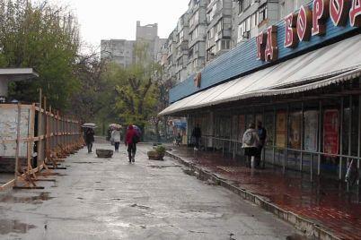 v-borodinskom-mikrorajone-u-peshehodov-zabirayut-trotuar-foto.jpg