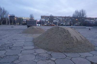 v-czentr-zaporozhya-nachali-zavozit-materialy-dlya-stroitelstva-katka-foto.jpg