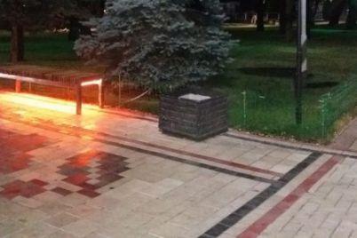 v-czentralnom-parke-melitopolya-poyavilas-ognennaya-skamejka.jpg