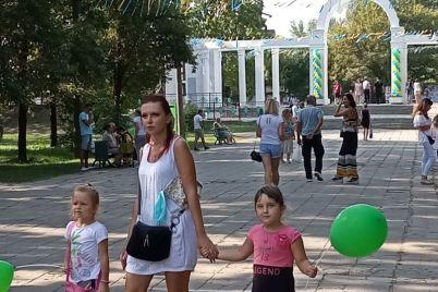v-czentralnom-parke-zaporozhya-nachali-otmechat-den-nezavisimosti-foto.jpg