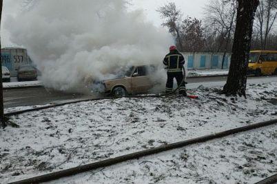 v-czentralnom-rajone-zaporozhya-zagorelas-legkovushka-foto.jpg