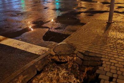 v-czentre-zaporozhya-chast-trotuara-ushla-pod-zemlyu-foto.jpg