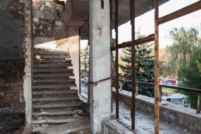 v-czentre-zaporozhya-desyatki-let-razrushaetsya-zdanie-populyarnogo-restorana-foto.jpg