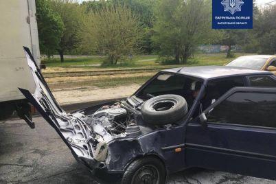 v-czentre-zaporozhya-dorogu-ne-podelili-dve-legkovushki-oba-avto-serezno-razbity-foto.jpg