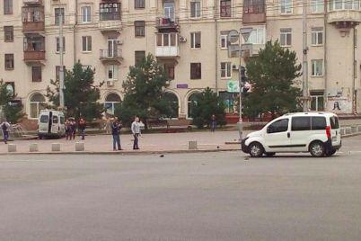 v-czentre-zaporozhya-marshrutka-s-passazhirami-chut-ne-vyletela-v-fontan.jpg