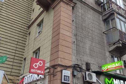 v-czentre-zaporozhya-na-kuski-rassypaetsya-balkon-foto.jpg