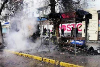 v-czentre-zaporozhya-na-ostanovke-sgorel-kiosk-foto.jpg