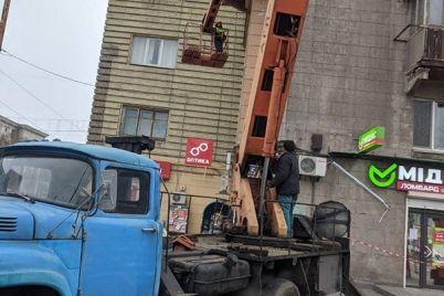 v-czentre-zaporozhya-nachali-remontirovat-obvalivshijsya-balkon-na-istoricheskom-dome.jpg