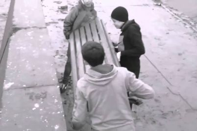 v-czentre-zaporozhya-orudovali-dva-nesovershennoletnih-vandala-video.jpg