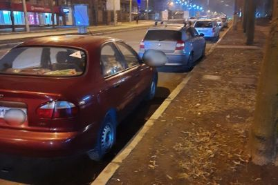 v-czentre-zaporozhya-pyanaya-voditelnicza-volkswagen-protaranila-priparkovannye-avto-i-snesla-sitilajty.jpg