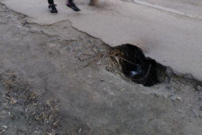 v-czentre-zaporozhya-razrastaetsya-opasnaya-treshhina-na-trotuare-foto.jpg