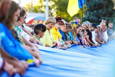 v-czentre-zaporozhya-razvernuli-25-metrovyj-flag-ukrainy-fotoreportazh.jpg