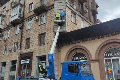 v-czentre-zaporozhya-reklamnuyu-vyvesku-ubirali-pri-pomoshhi-specztehniki-foto.jpg
