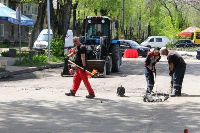 v-czentre-zaporozhya-remontiruyut-dorogu.jpg