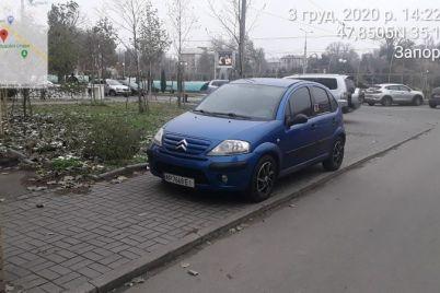 v-czentre-zaporozhya-voditeli-parkuyutsya-pryamo-na-trotuarah-foto.jpg