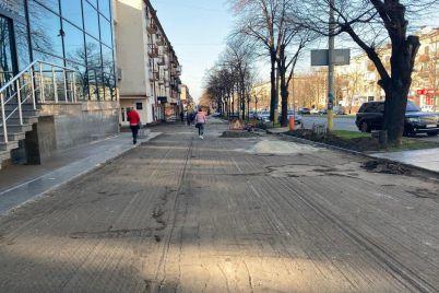 v-czentre-zaporozhya-vozle-inturista-menyayut-trotuar-foto.jpg