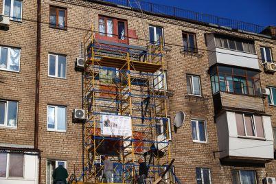 v-czentre-zaporozhya-za-35-milliona-remontiruyut-dom-v-kotorom-obrushilis-balkony-foto.jpg