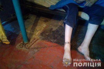 v-dnepropetrovskoj-oblasti-zhenshhina-derzhala-na-czepi-sobstvennogo-syna-invalida-chtoby-poluchat-za-nego-ego-pensiyu-foto.jpg