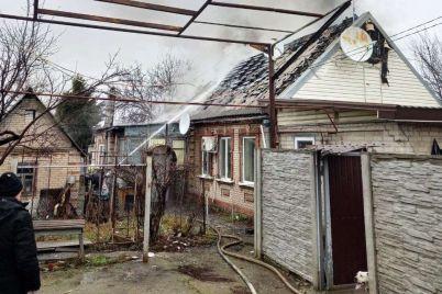v-dniprovskomu-rajoni-zaporizhzhya-palav-budinok-vogon-rozpovsyudivsya-na-70-kv-m.jpg