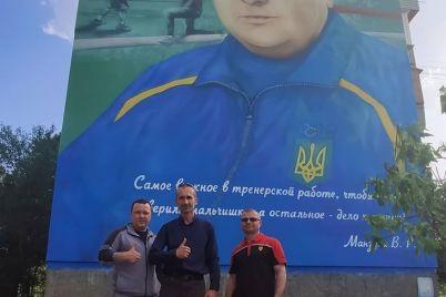 v-energodare-zavershili-risovat-mural-s-portretom-izvestnogo-trenera-po-boksu.jpg