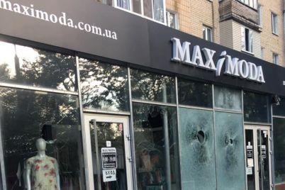 v-gorode-zaporozhskoj-oblasti-razbili-steklyannyj-fasad-magazina.jpg