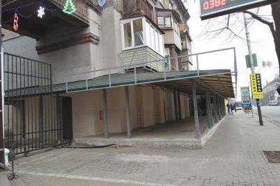 v-istorichnomu-czentri-zaporizhzhya-pidprid194mczi-shhe-bilshe-zipsuvali-budinok-ta-peregorodili-trotuar.jpg