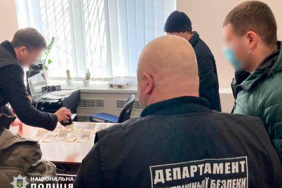 v-kabinete-nachalnika-otdeleniya-policzii-zaderzhali-zhitelya-zaporozhya-vo-vremya-peredachi-vzyatki-foto.jpg