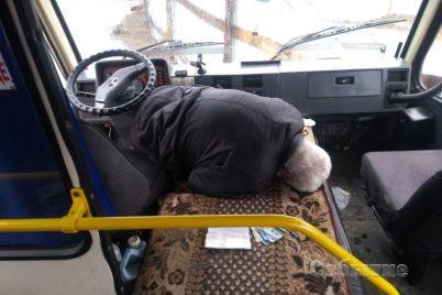v-kamenskom-neupravlyaemyj-avtobus-s-20-shkolnikami-katilsya-navstrechu-smerti-a-uchitelnicza-vyprygnula-na-hodu-video.jpg