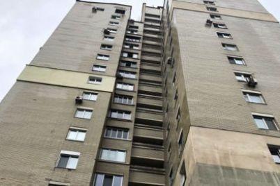 v-kieve-iz-okna-mnogoetazhki-vypala-molodaya-devushka.jpg