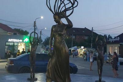 v-kirillovke-na-den-nezavisimosti-vmesto-undiny-poyavilas-novaya-skulptura-foto-video.jpg