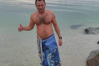 v-kirillovke-prodolzhayut-kupatsya-lyudi-meduzy-v-more-ne-ischezli-foto-video.jpg
