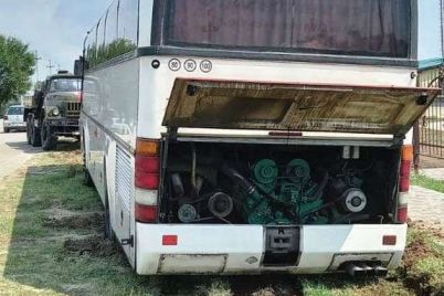 v-kirillovke-v-gryazi-zastryal-avtobus-zabiravshij-detej-iz-detskogo-lagerya-v-kiev.jpg