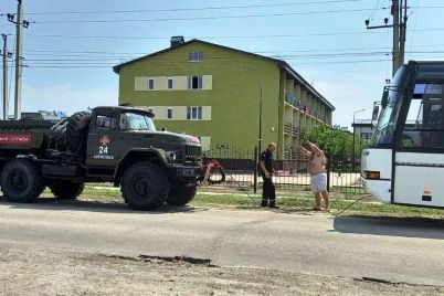 v-kirillovke-zastryal-v-gryazi-avtobus-kotoryj-priehal-zabrat-detej-s-otdyha.jpg
