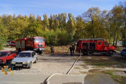 v-kommunarskom-rajone-20-spasatelej-tushili-pozhar-v-mnogoetazhke-foto.jpg