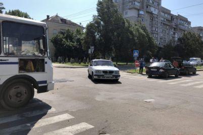 v-kurortnom-gorode-zaporozhskoj-oblasti-u-avtobusa-v-kotorom-nahodilis-passazhiry-otkazali-tormoza-i-on-popal-v-dtp-video-foto.jpg