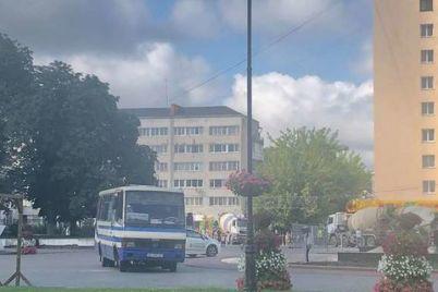 v-luczke-vooruzhennyj-muzhchina-ugrozhaet-vzorvat-avtobus-s-zalozhnikami-foto.jpg