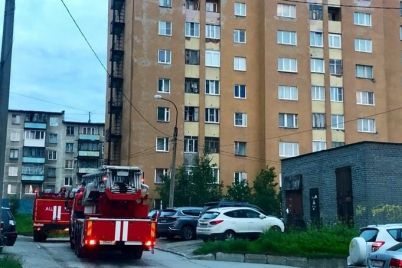 v-melitopole-spasateli-evakuirovali-zhenshhinu-i-malenkogo-rebenka-iz-goryashhej-kvartiry.jpg