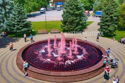 v-melitopole-voda-v-gorodskom-fontane-stala-yarko-krasnoj-foto.jpg
